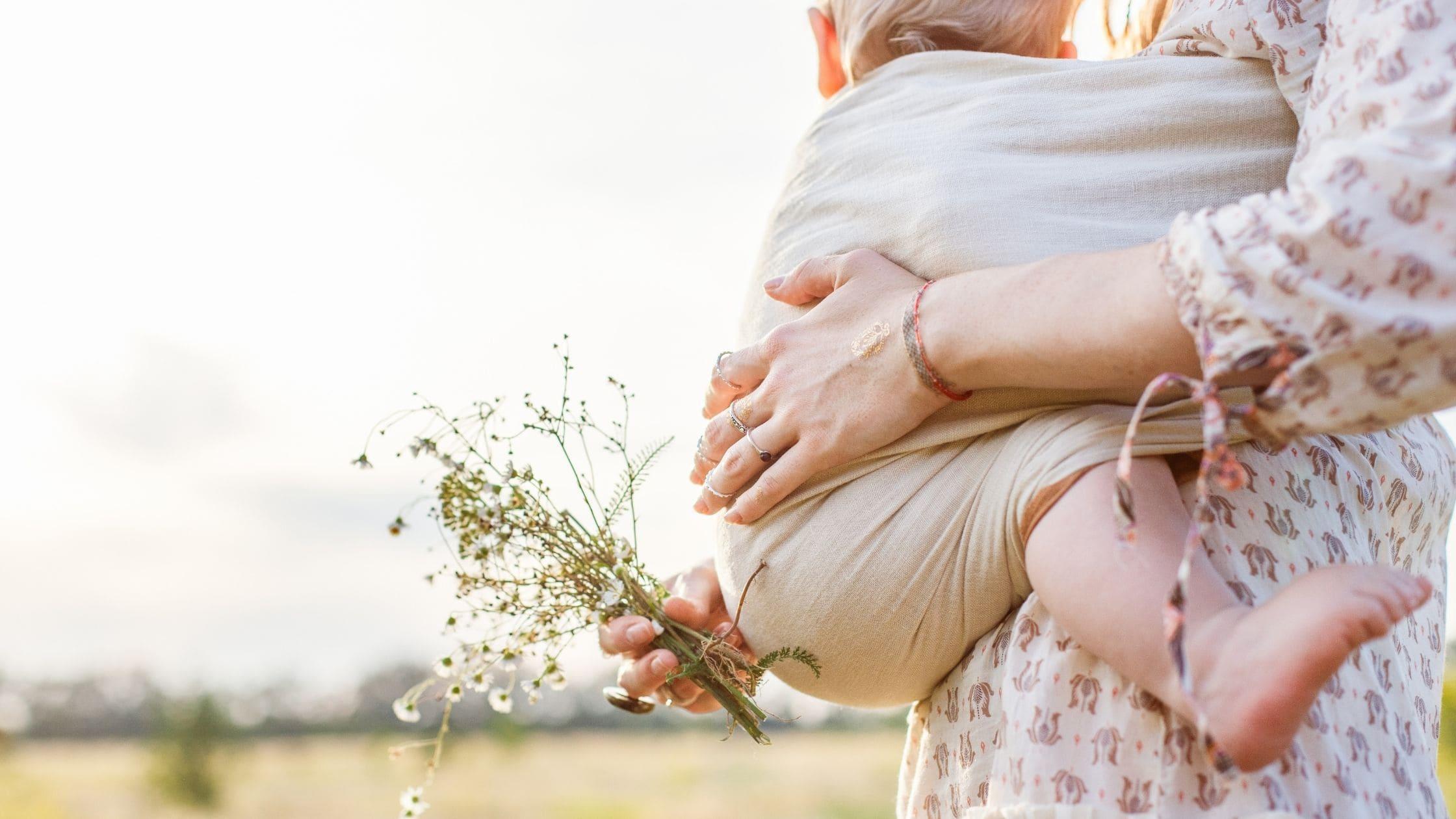 Babywearing: vantaggi e benefici del portare